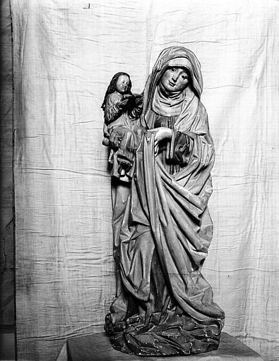 Statue de sainte Anne tenant la Vierge