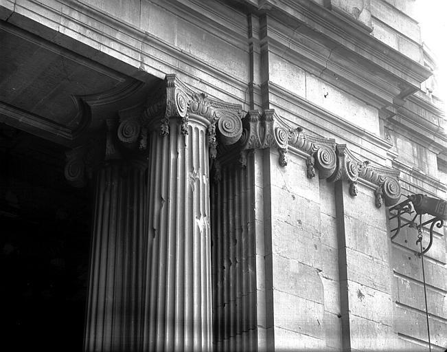 Entrée dans la cour : colonnes, pilastres et chapiteau