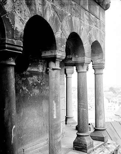 Croisée du transept : colonnade romane de la coupole