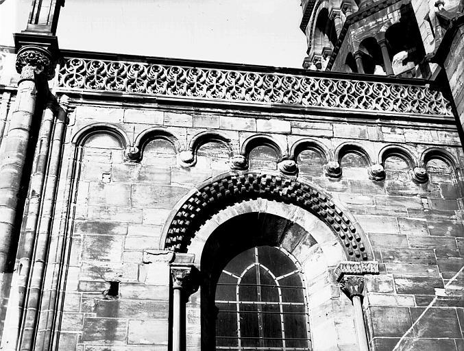 Fenêtre romane et balustrade