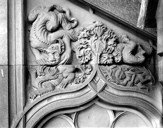 Escalier à vis : bas-relief au-dessus de la porte
