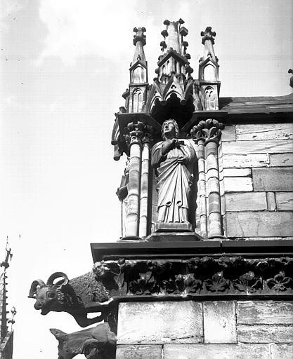 Saint dans une niche et deux animaux (bouc et âne)