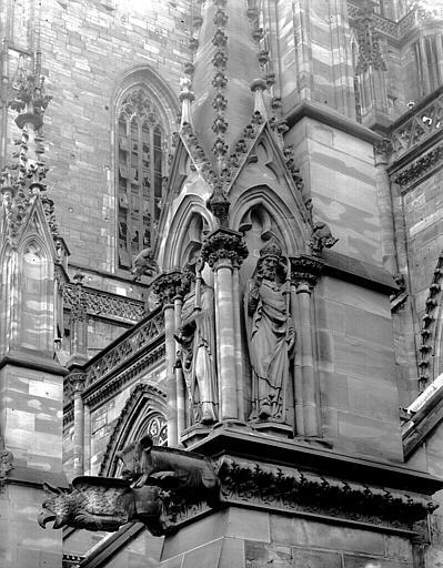 Elévation extérieure : statues de deux évêques