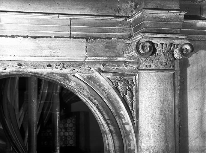 Portail gothique, escalier à vis : chapiteau et écoinçon