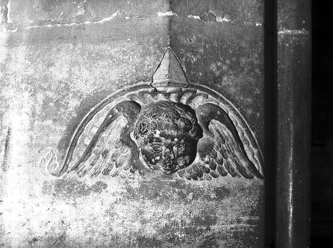 Portail : bas-relief d'angelot et piédroit de l'escalier à vis