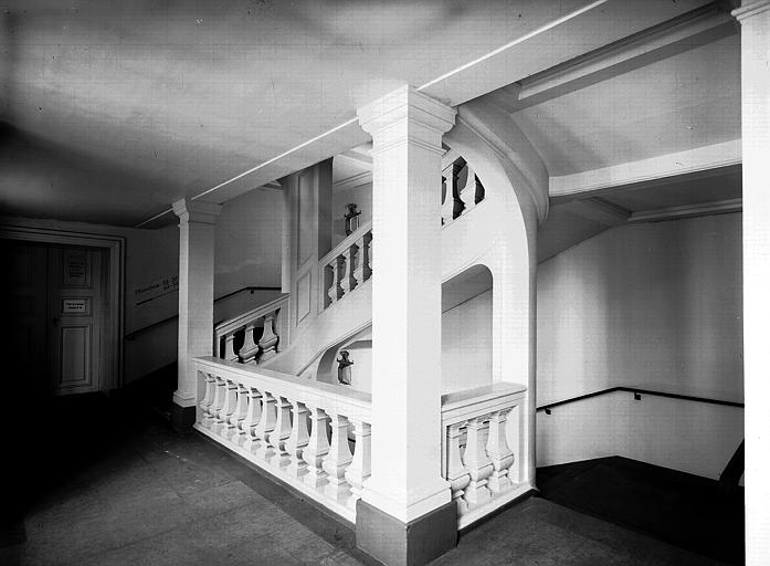 Escalier et rampe : au deuxième étage