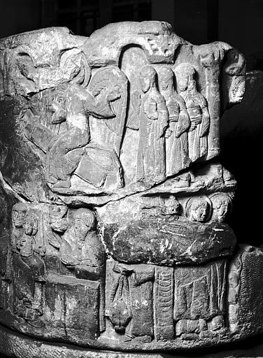 Cuve baptismale : les Saintes Femmes au Tombeau