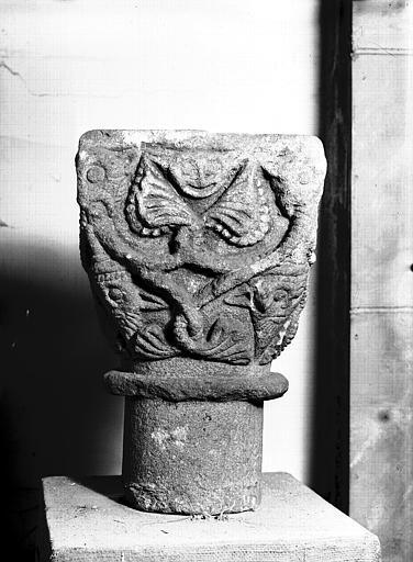 Chapiteau roman orné de deux têtes et d'entrelacs