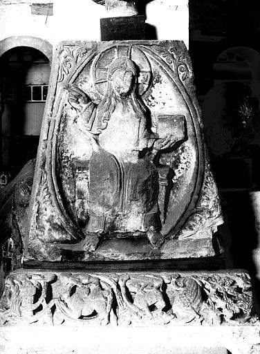 Débris de tympan roman : Christ en majesté