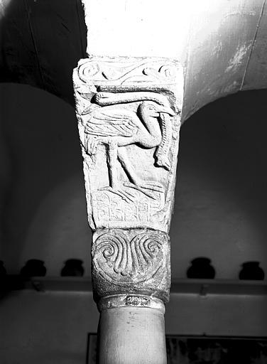 Chapiteau roman : héron tenant un serpent