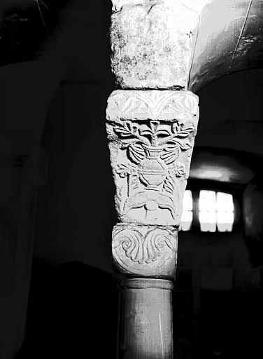 Chapiteau : vase de fleurs