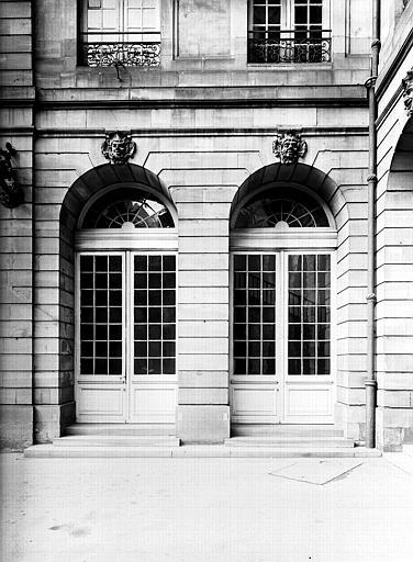 Cour intérieure : deux portes
