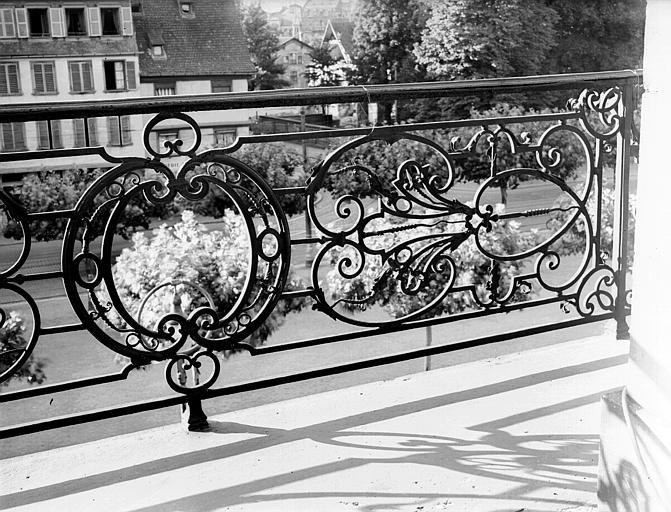 Garde-corps en fer forgé du balcon du premier étage