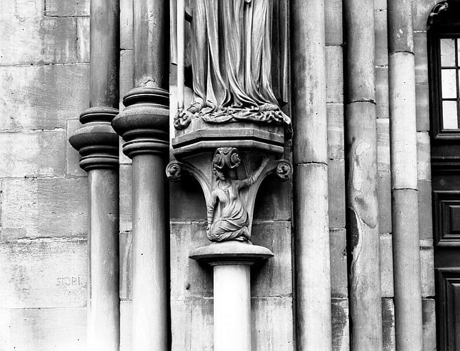 Portail sud, chapiteau gauche : socle de la statue de l'Eglise