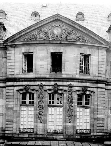 Façade sur cour intérieure : vue des premier et deuxième étages
