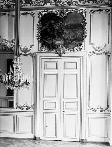 Grand salon : dessus de porte et porte