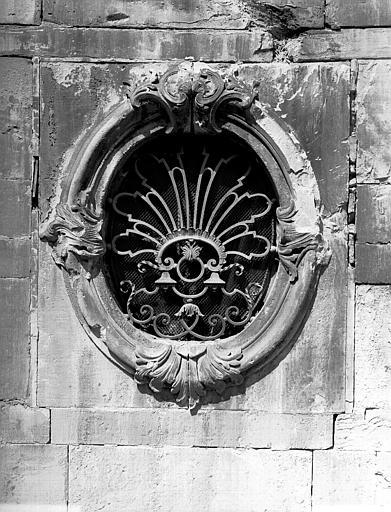 Fenêtre ovale, côté portail