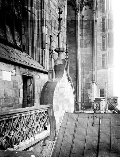 Fragment du toit de la nef principale et galerie