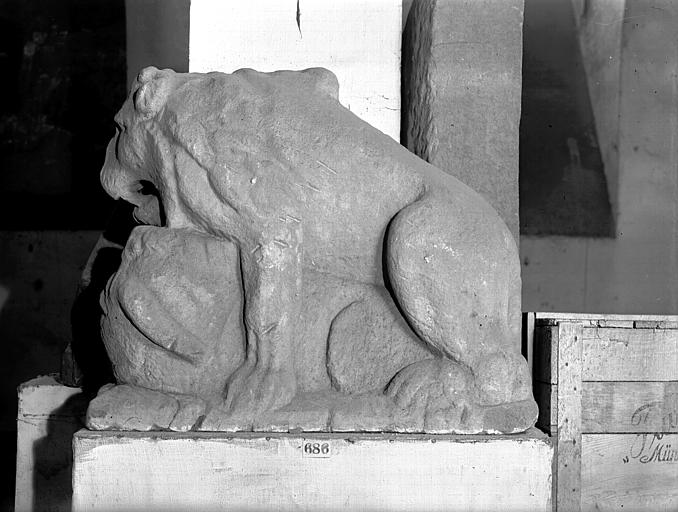 Sculpture en pierre : lion avec urne