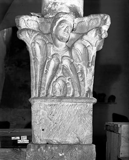 Chapiteau représentant un buste dans les feuillages