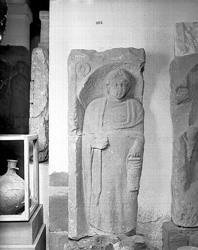 Stèle : femme portant un vase