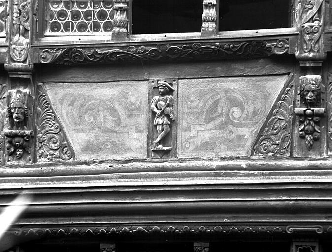 Détail du poutrage de la façade : personnage au violon