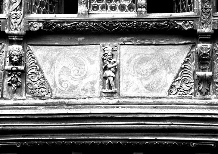 Détail de façade : personnage à la cornemuse