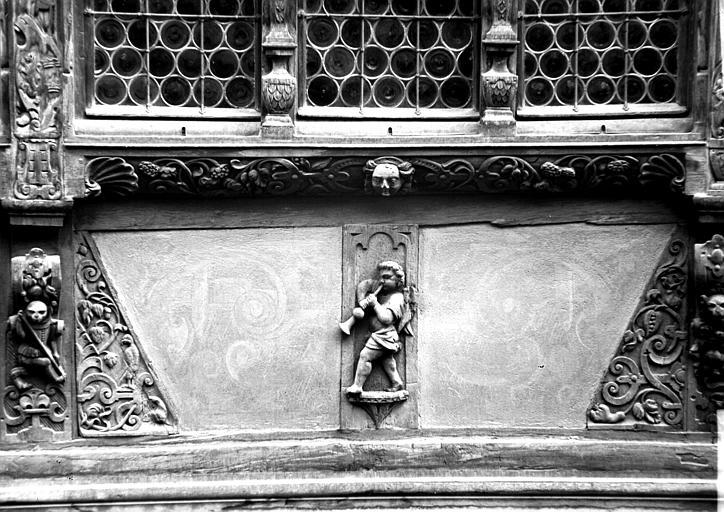 Détail de façade : personnage jouant du pipeau