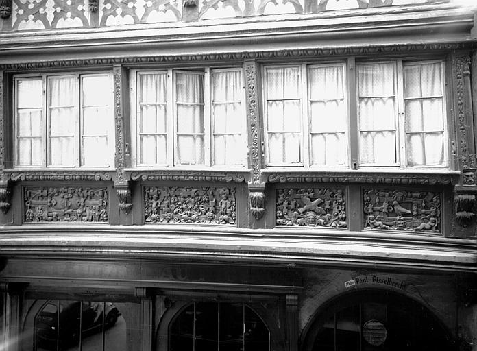 Premier étage : panneaux, sculptures en bois