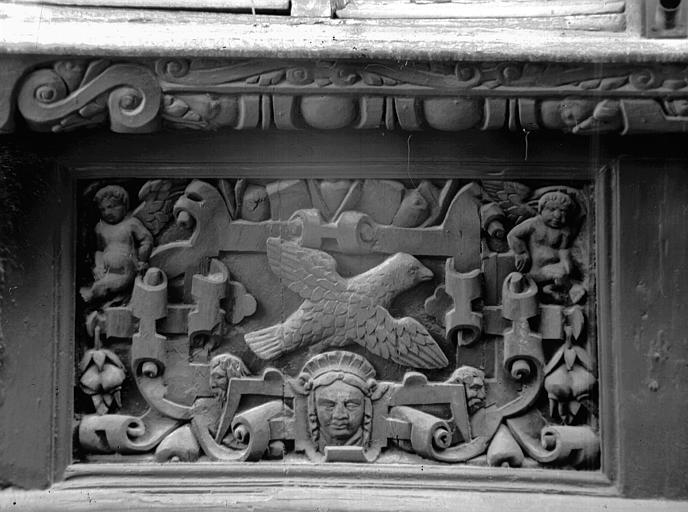 Détail des premier et troisième panneaux sculptés