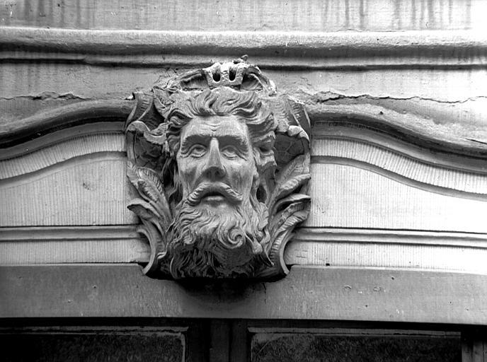 Mascaron droit : tête d'homme barbu