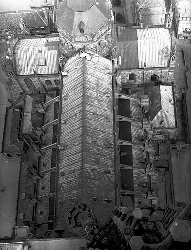 Vue plongeante de la toiture de la nef