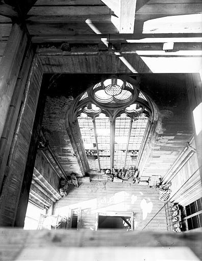 Intérieur de la tour : vue plongeante d'une fenêtre