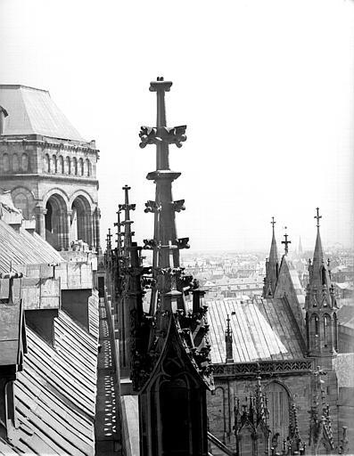Tour carré et bras sud du transept , vus du toit de la nef