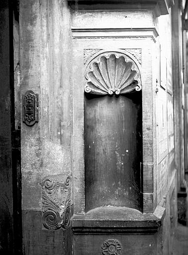 Niche sur le côté de la porte