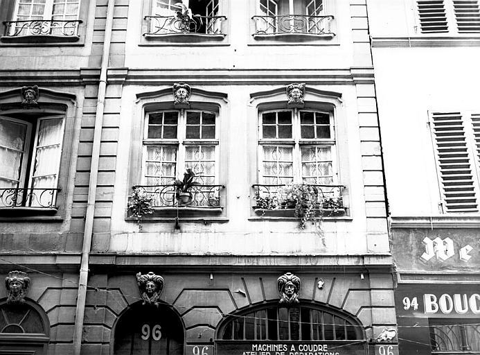 Encadrement fenêtres et mascarons