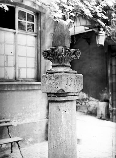 Ancien chapiteau et pilier déposés dans la cour