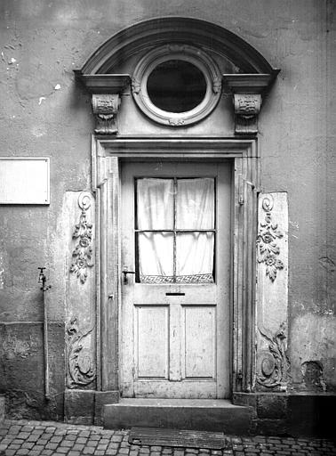 Cour intérieure : petite porte, loge concierge