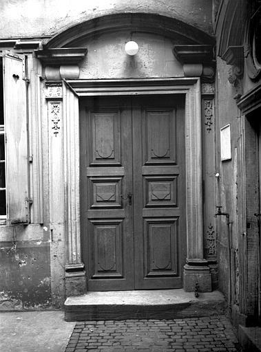 Cour intérieure : petite porte gauche