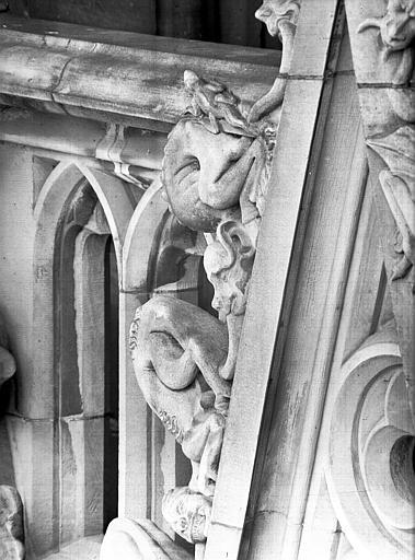 Dessus de rosace, côté droit : deux gargouilles