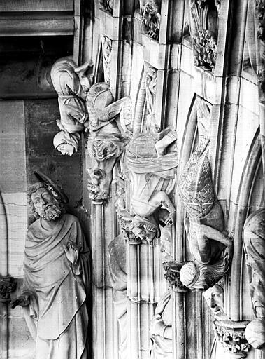 Façade ouest, détail de la Galerie des Apôtres : gargouille et apôtre
