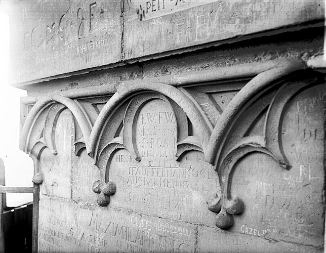 Tour nord : motifs entourant la flèche