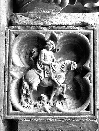 Façade ouest, portail du collatéral droit, panneau sculpté : cavalier
