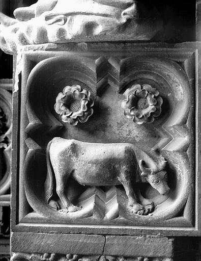 Façade ouest, portail du collatéral droit : taureau