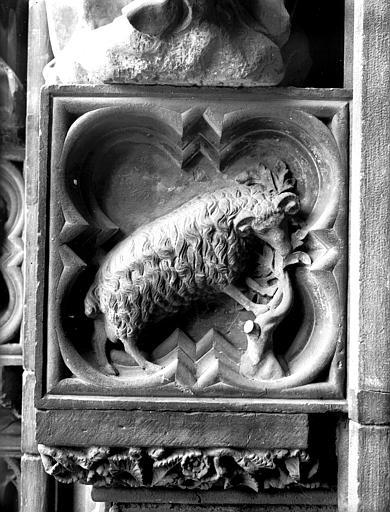 Façade ouest, portail du collatéral droit : mouton
