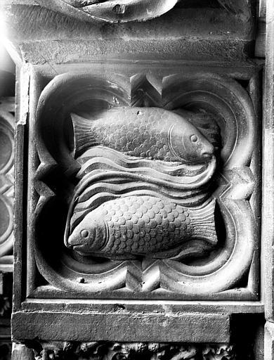 Façade ouest, portail du collatéral droit : poissons