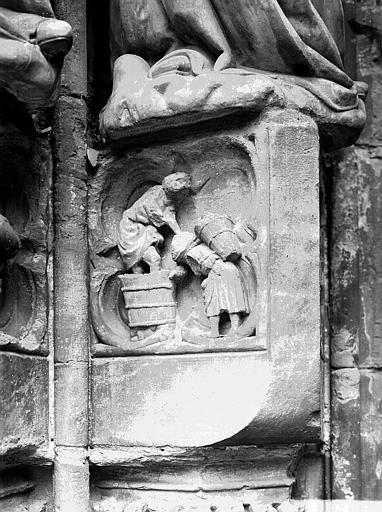 Façade ouest, portail du collatéral droit : vendanges, soubassement des Travaux des Mois