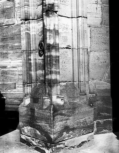 Tour nord : base de colonne entre la plateforme et la première galerie