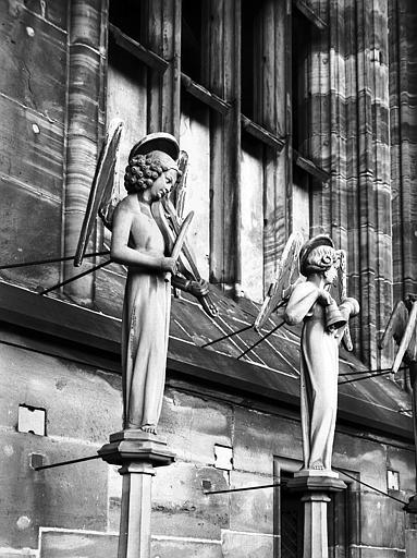 Façade ouest : anges musiciens, violon et clochette