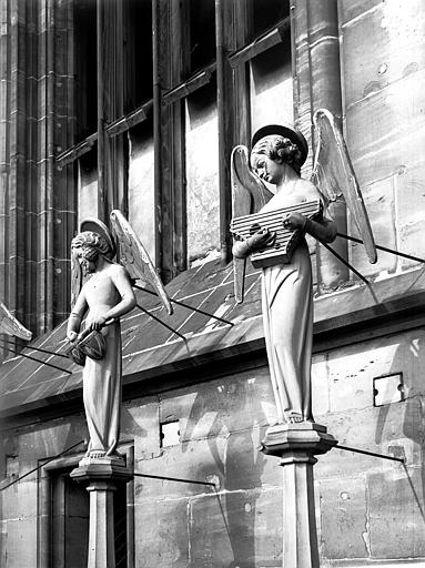 Façade ouest : anges, luth et tambour
